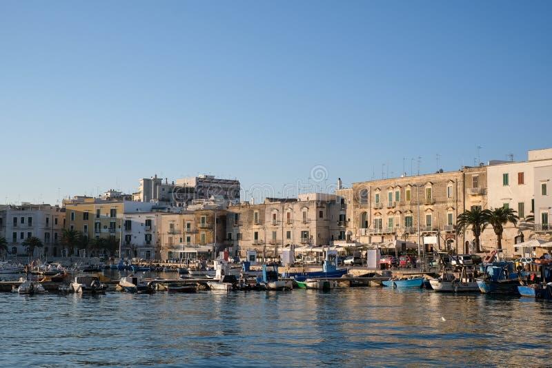 渔船在口岸在特拉尼,古镇停泊了在普利亚,南意大利 拍摄在一个晴天在早期的秋天 库存图片
