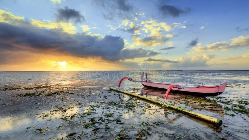 渔船在岸停放在巴厘岛,印度尼西亚 库存照片