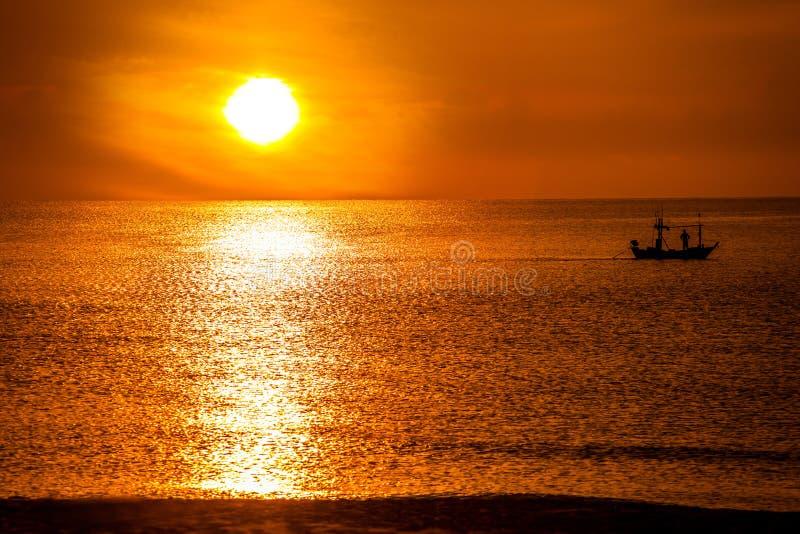 渔船在海和日出在早晨 免版税库存照片