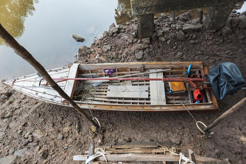 渔船在海和泰国的美洲红树森林 库存图片