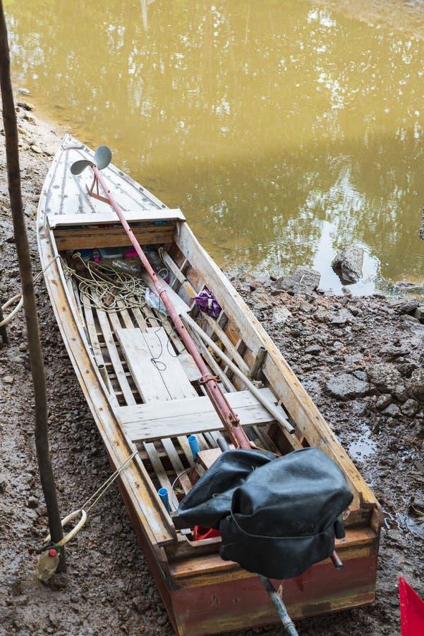 渔船在海和泰国的美洲红树森林 免版税图库摄影