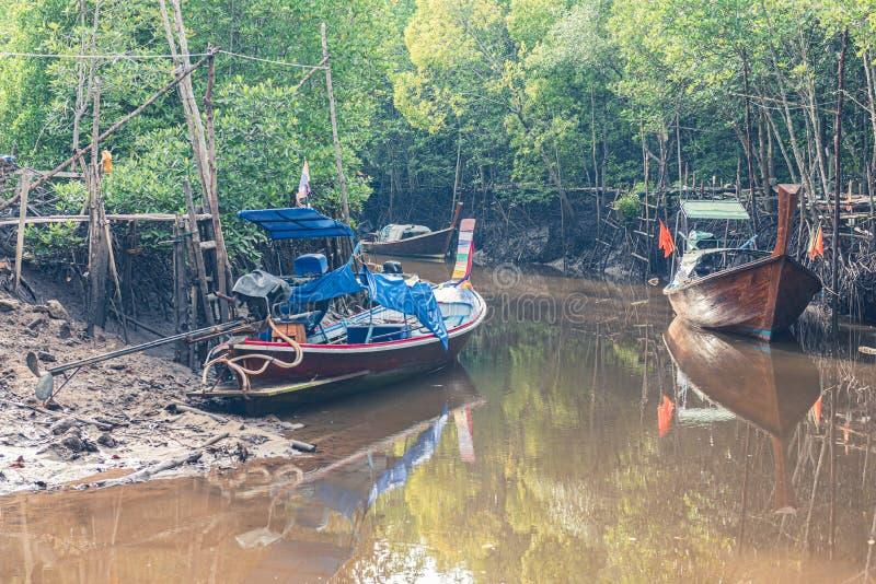 渔船在海和泰国的美洲红树森林 免版税库存照片