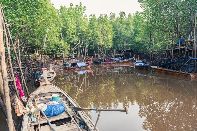 渔船在海和泰国的美洲红树森林 免版税库存图片