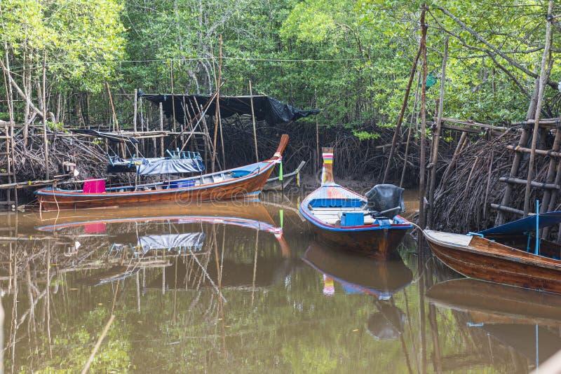 渔船在海和Thailandใ美洲红树森林  免版税库存照片