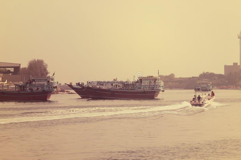 渔船在海漂浮有天空背景 迪拜2017年7月28日 库存图片