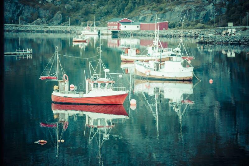 渔船在港口雷讷, Lofoten海岛,挪威 免版税库存图片