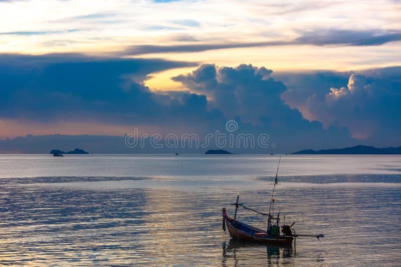 渔船在酸值的苏梅岛海在惊人的日落 库存图片