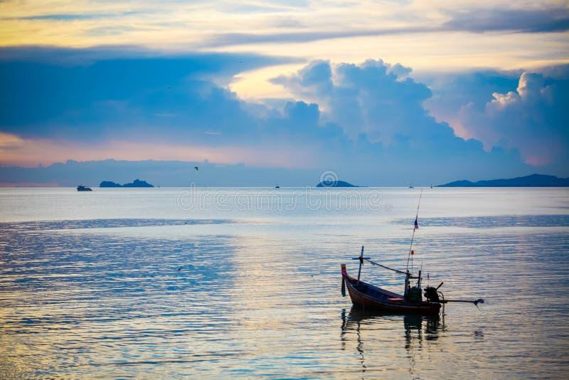 渔船在酸值的苏梅岛海在惊人的日落 免版税库存图片
