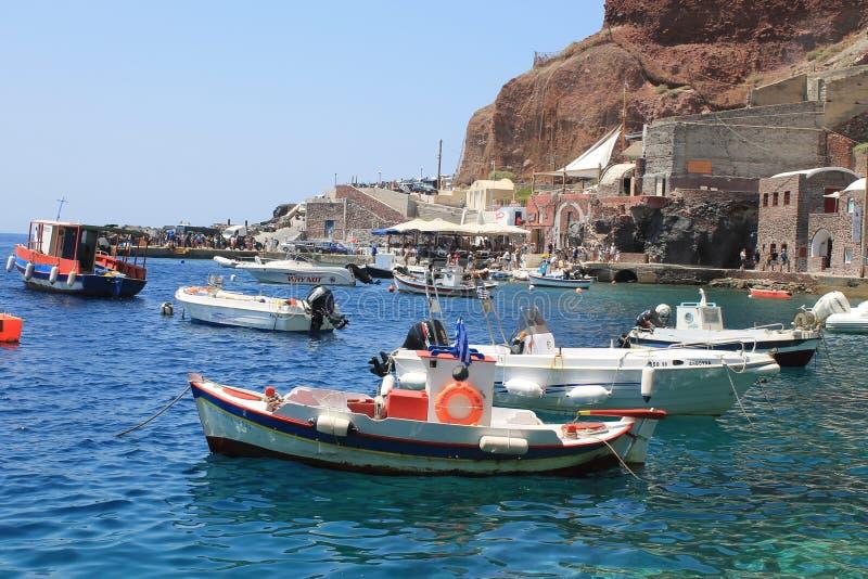 渔船在Ammoudi咆哮, Oia,圣托里尼,希腊港  免版税库存图片