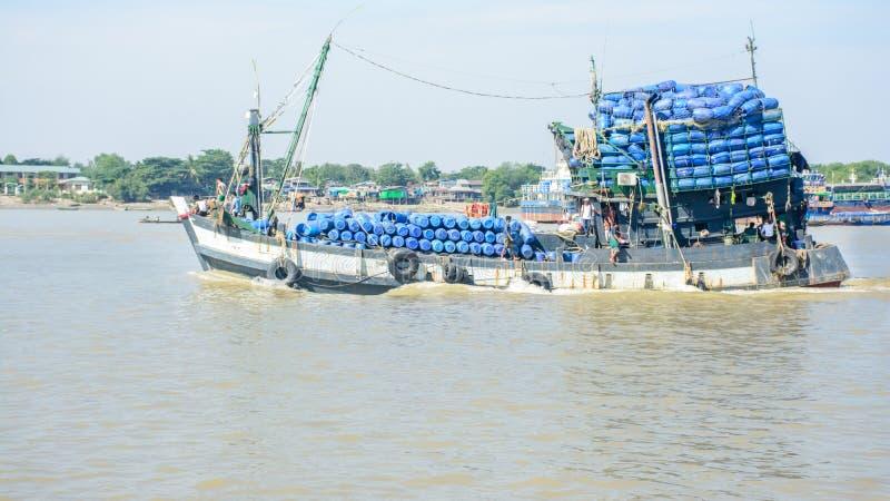 渔船在Hlaing河,缅甸 他们去近海处和渔 免版税库存照片