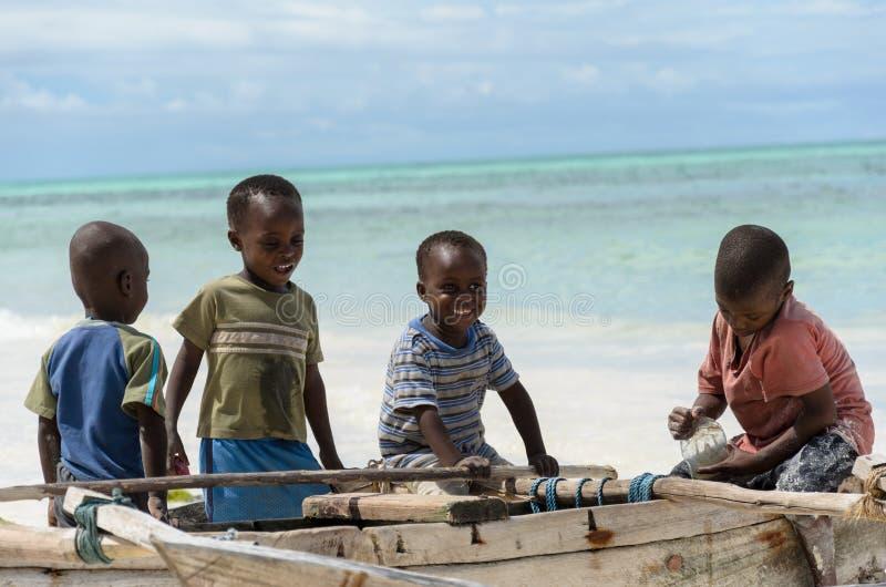 渔船的年轻愉快的非洲男孩 免版税库存照片