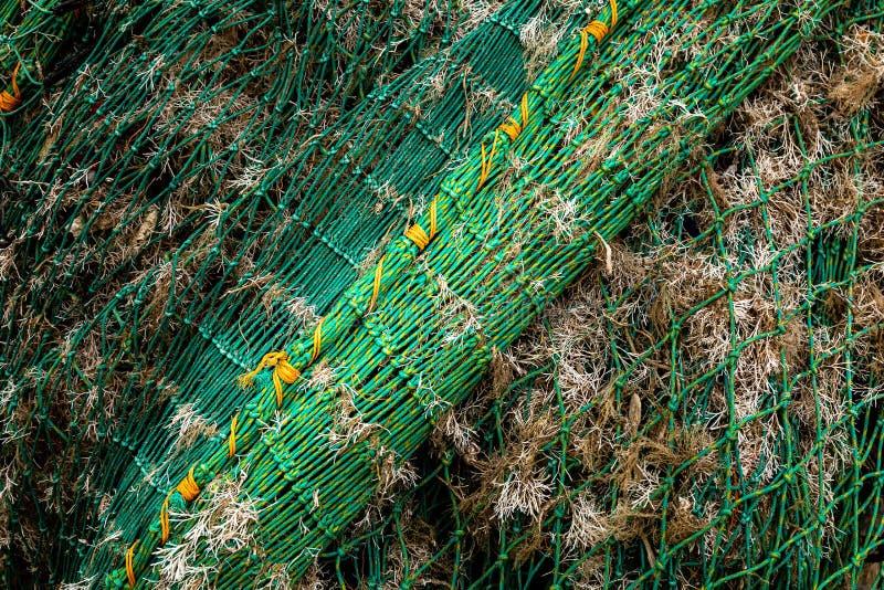 渔船网和干燥海草 库存照片