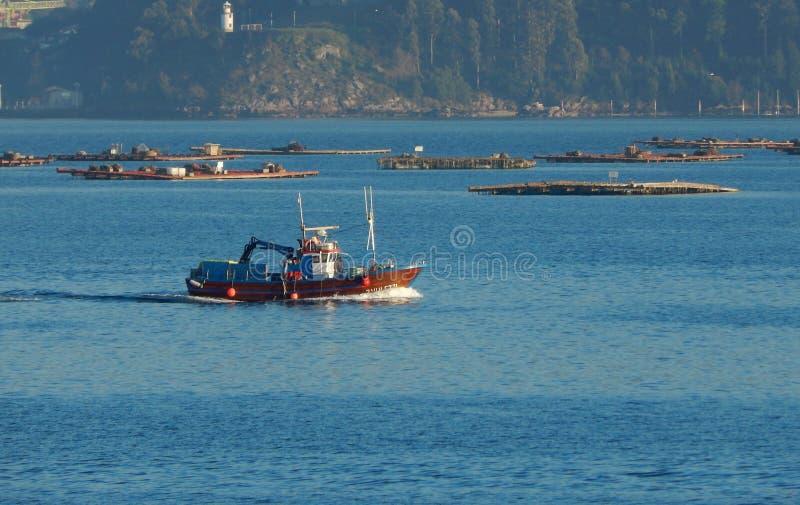渔船航行在比戈出海口 西班牙,欧洲 免版税库存图片