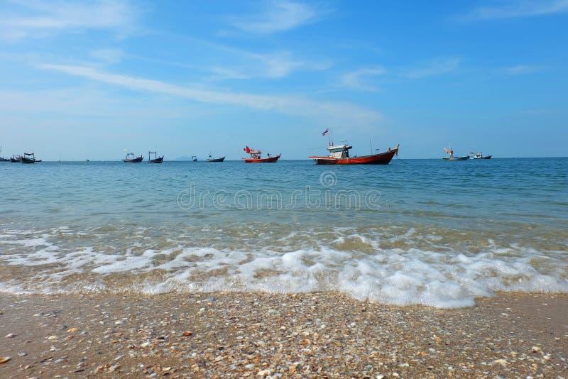 渔船说谎在船锚由海和海滩和五颜六色的壳 库存图片