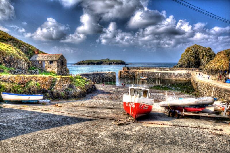 渔船直棂小海湾怀有五颜六色的明亮的HDR的康沃尔郡英国 免版税库存图片
