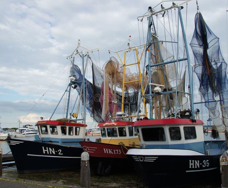渔船以他们的烘干的网,在福伦丹港口,荷兰 库存照片