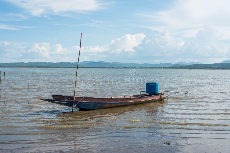 渔船Krasiao水坝 Suphanburi省, 免版税图库摄影