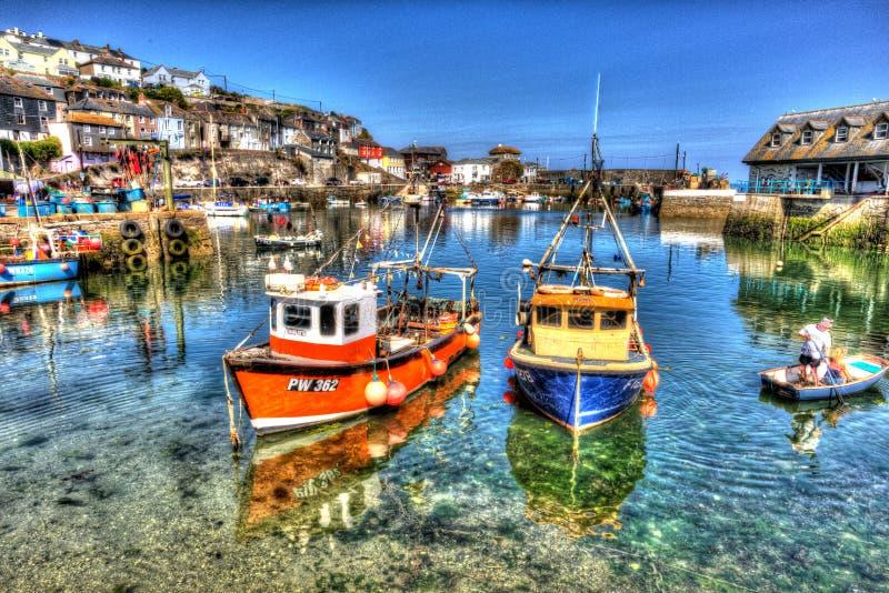 渔船Mevagissey在充满活力和五颜六色的HDR的夏日怀有康沃尔郡英国清楚的蓝色海和天空 库存照片
