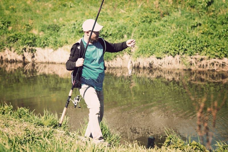 Download 渔,有钓鱼竿的人 河,室外 库存照片. 图片 包括有 本质, 空转, 业余爱好, 有效地, 夏天, 活动家 - 72367812