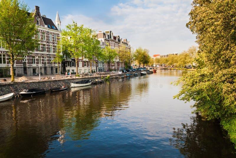 渠道、小船和大厦在中央阿姆斯特丹 图库摄影