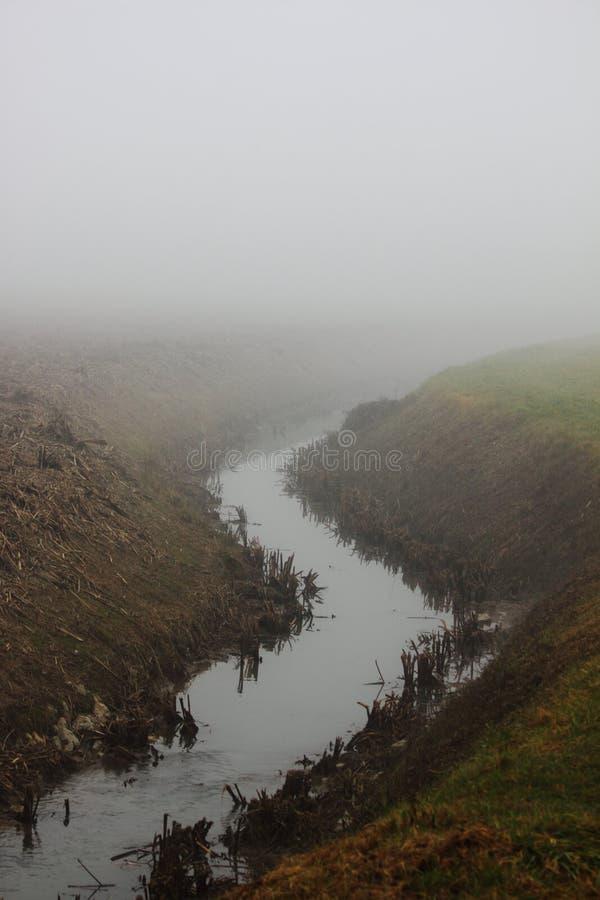 渠道在有雾的土地 免版税图库摄影