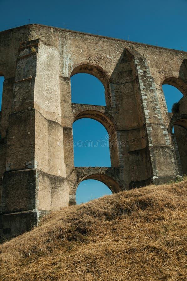 渡槽建筑结构有曲拱和长方形柱子的 库存图片