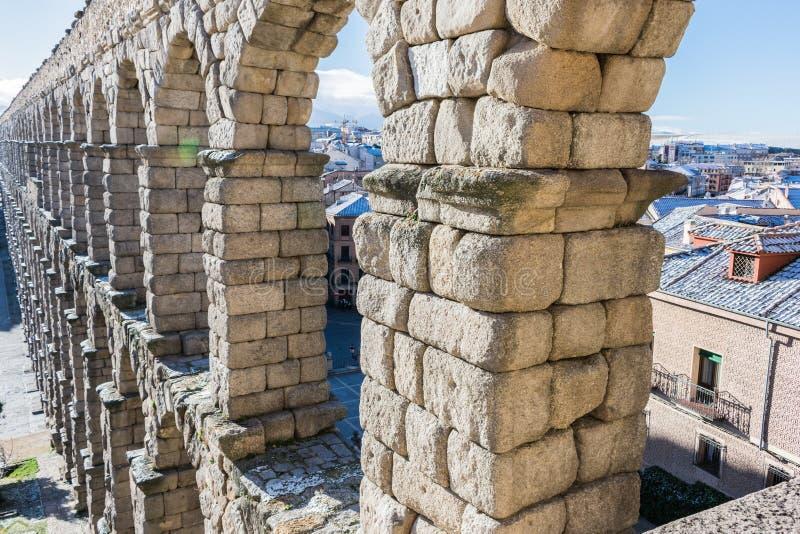 渡槽曲拱穿过城市 免版税图库摄影