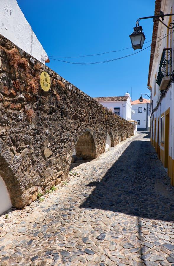 渡槽的曲拱银色水(普拉塔渡槽),他们进入埃武拉 葡萄牙 库存图片