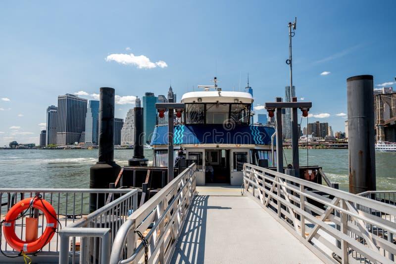 渡轮和纽约地平线以得到的跳板登上 库存图片