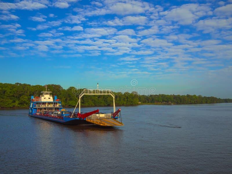 渡轮在亚马孙河 库存照片