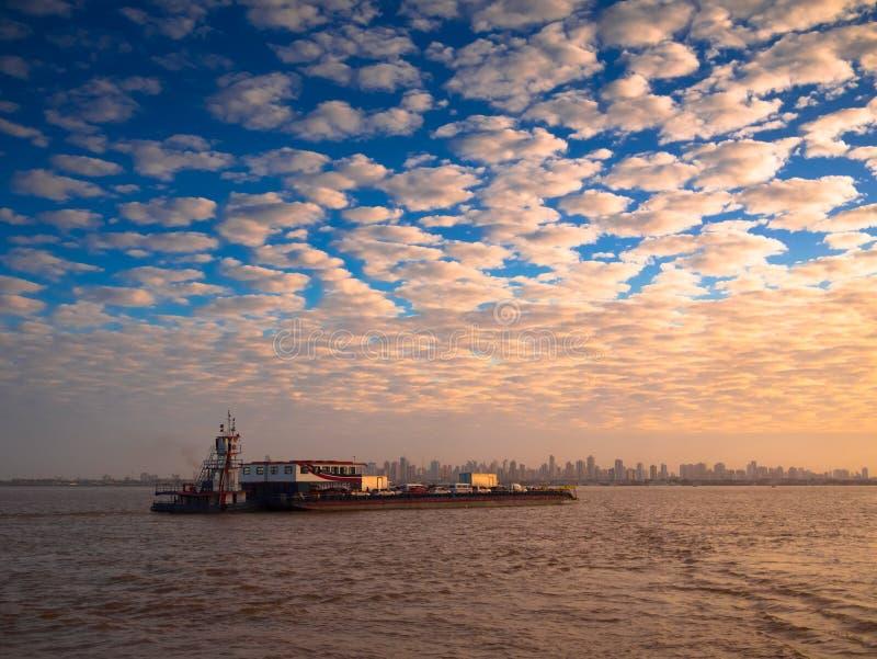 渡轮在似亚马逊城市 库存照片