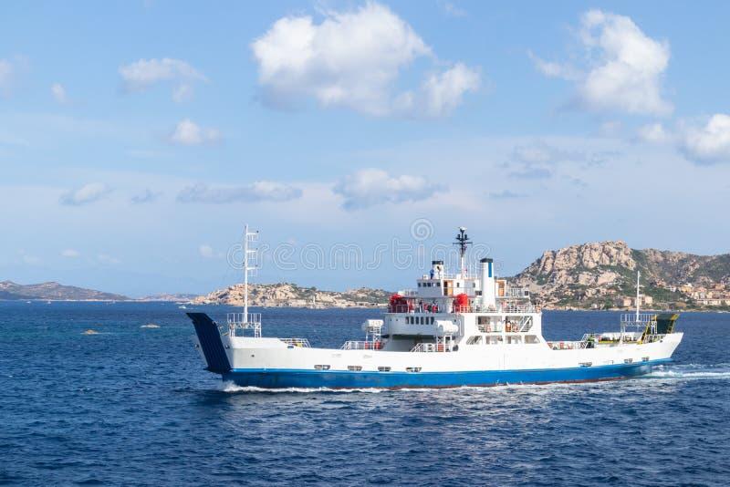 渡轮在帕劳和拉马达莱纳镇,撒丁岛,意大利之间的船航行 图库摄影