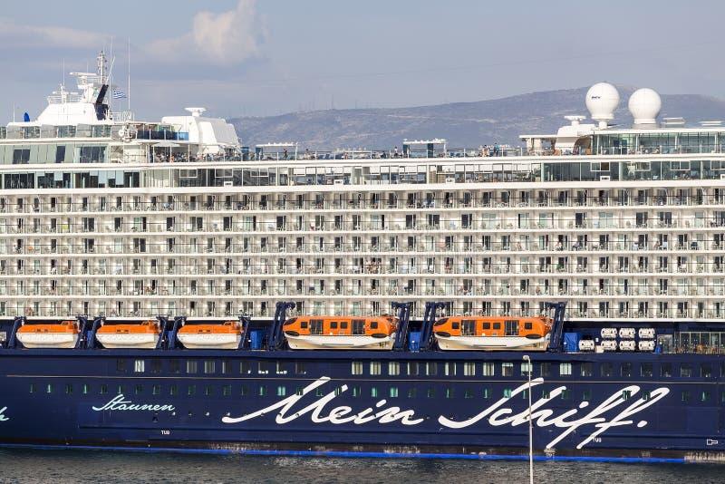 渡轮,靠码头在比雷埃夫斯,希腊港的游轮  库存照片