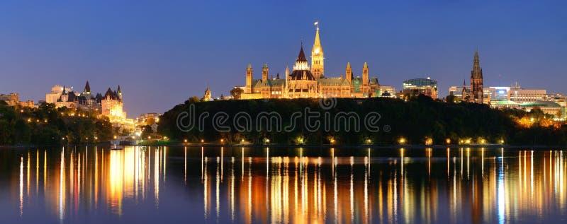 渥太华在晚上 库存照片