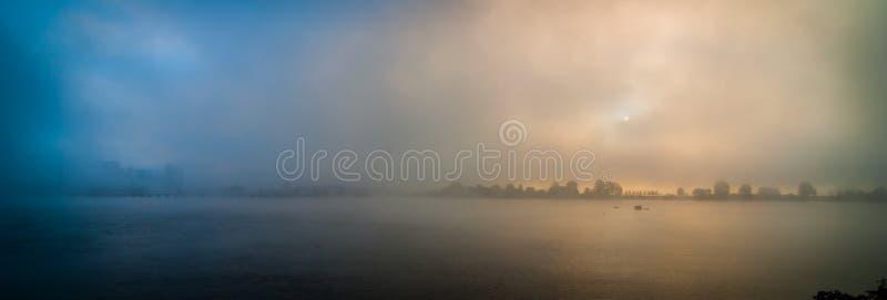 渥太华市地平线在渥太华河的一个浓雾早晨 免版税库存图片