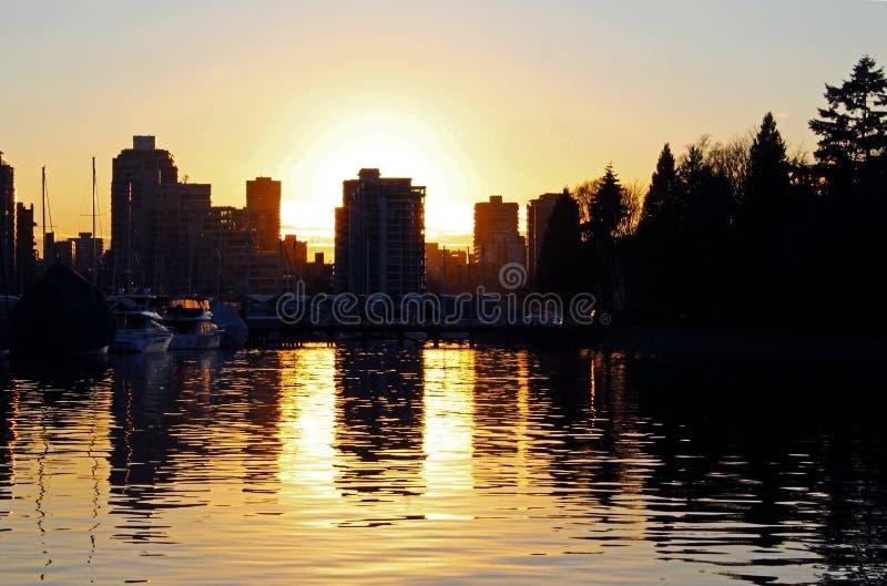 温哥华在日落的市地平线 免版税库存图片