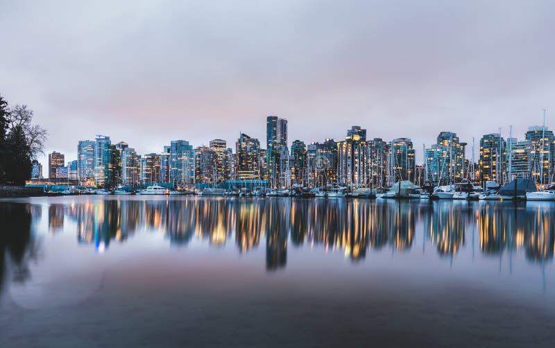 温哥华地平线和小游艇船坞反射了在黄昏 库存图片