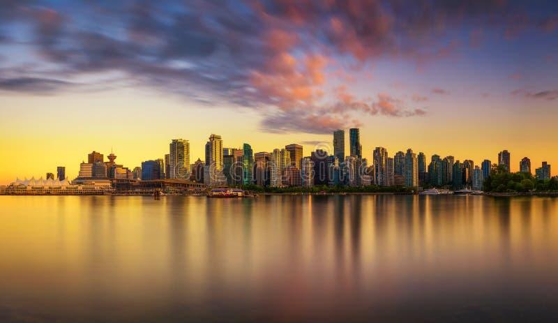 温哥华日落地平线街市从史丹利公园 免版税库存照片