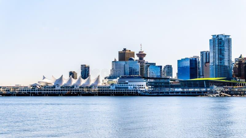 温哥华街市地平线和港口有巡航机场主楼的风帆的在左边 免版税库存图片