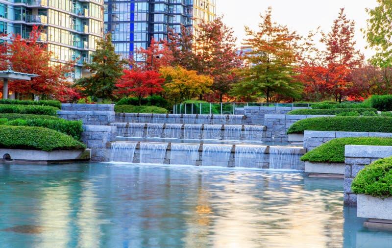 温哥华,加拿大柔滑的水街市的小瀑布  免版税库存照片