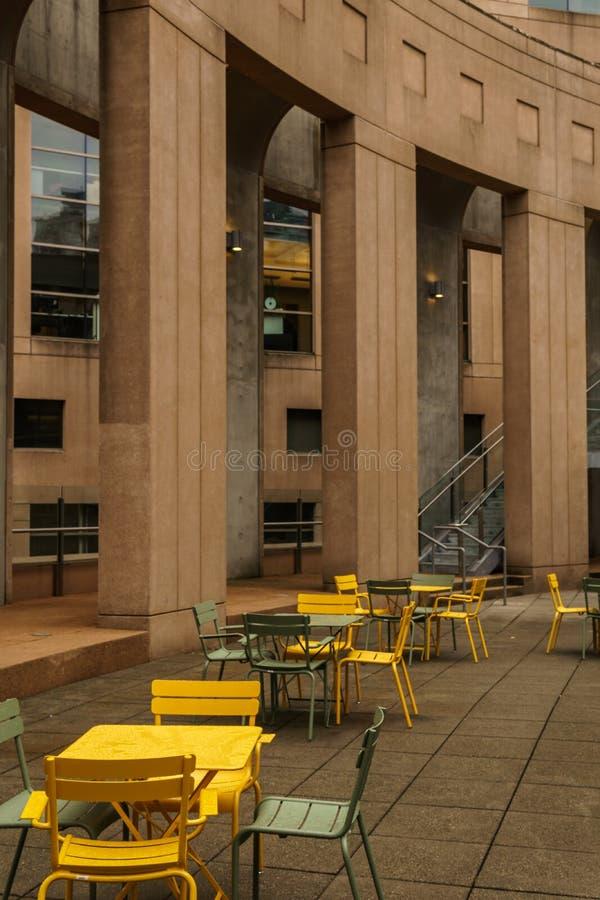 温哥华,加拿大- 2018å¹´10月5日:休息区域在有具体专栏扶手椅子和金属桌的中央图书馆中 库存照片