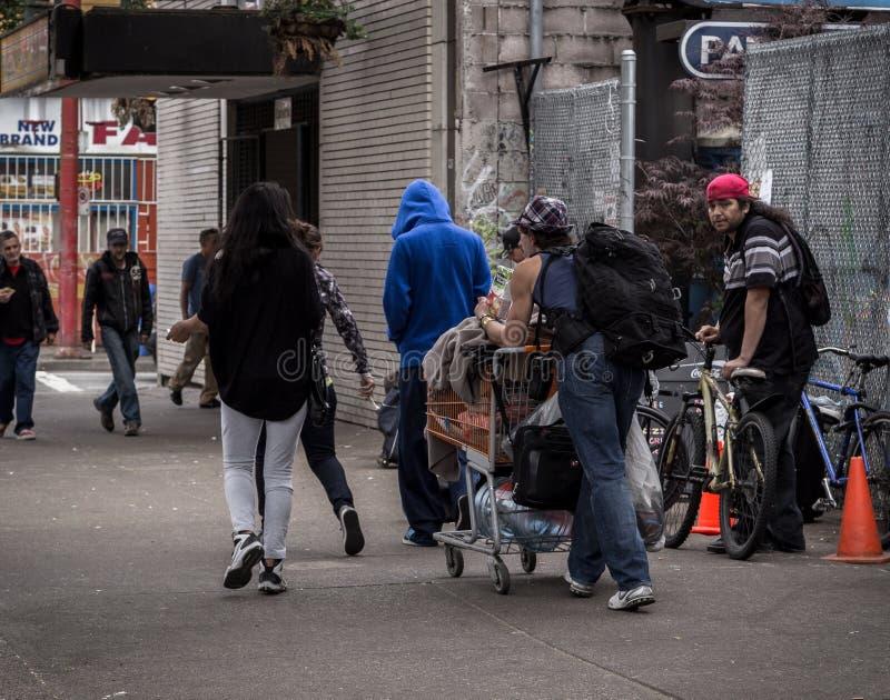 温哥华, BC,加拿大- 2016年5月11日:是街市温哥华的` s无家可归和贫穷的一个所有太共同的场面  免版税库存照片