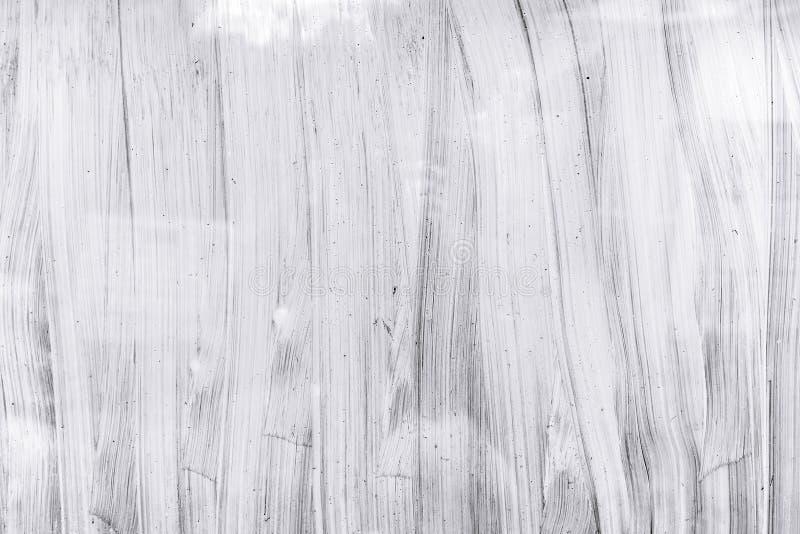 温室窗口手画玻璃表面与白色刷子的 免版税库存图片