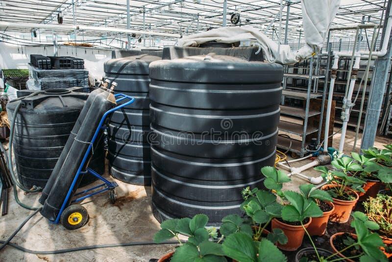 温室设备工具、桶与肥料和圆筒有二氧化碳的,种田技术的工业农业 图库摄影