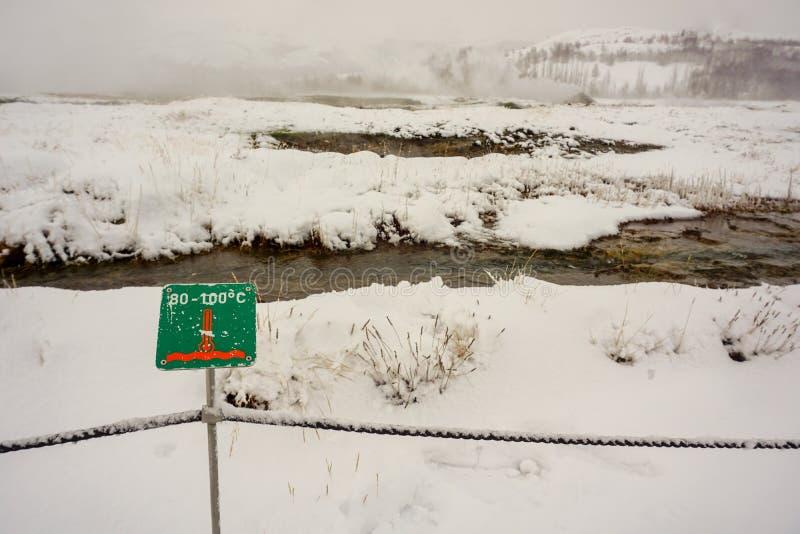 温度在这个地热区域可能是100度,虽然这是冬时,并且一切在雪被盖 库存照片