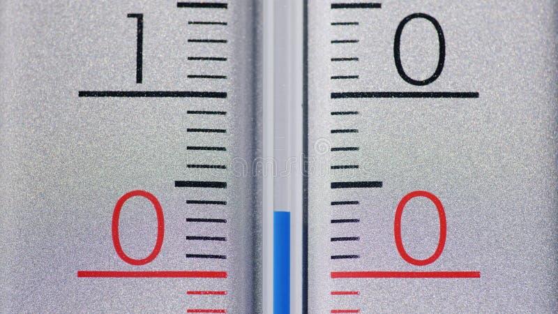 温度计在零的摄氏度下显示一急剧冷却 冬天和冷天 库存照片