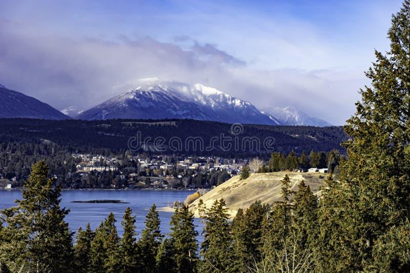 温德米尔湖和Invermere在东方Kootenays在镭温泉城不列颠哥伦比亚省加拿大附近在早期的冬天 图库摄影