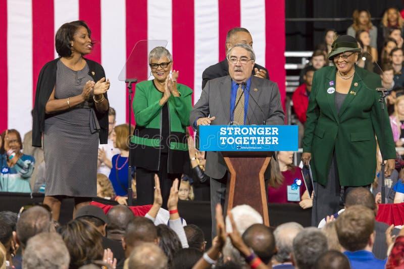 温斯顿萨兰姆, NC - 2016年10月27日:北卡罗来纳国会成员介绍希拉里・克林顿首先以美国为特色的竞选集会 免版税图库摄影