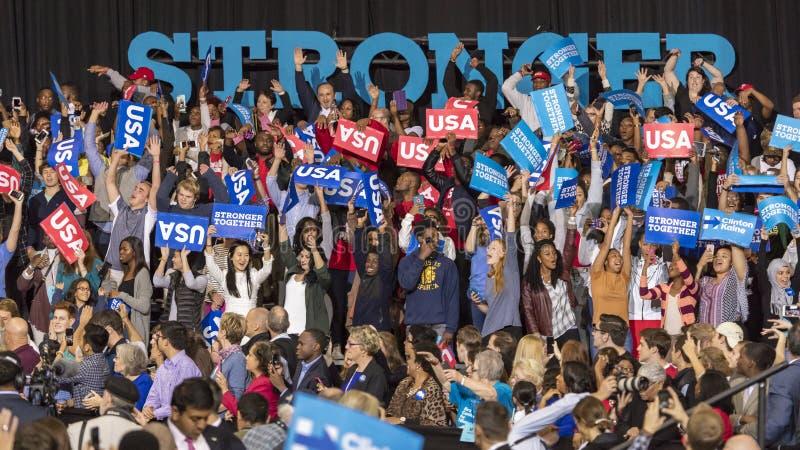 温斯顿萨兰姆, NC - 2016年10月27日:民主党总统候选人希拉里・克林顿和美国第一米歇尔夫人支持者  免版税库存照片