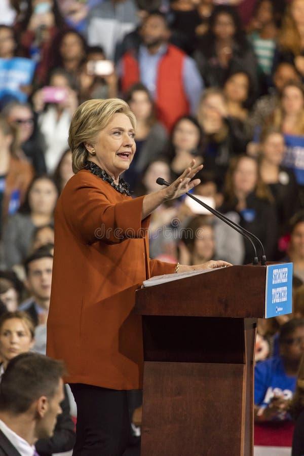 温斯顿萨兰姆, NC - 2016年10月27日:民主党总统候选人希拉里・克林顿和美国第一米歇尔・奥巴马夫人出现a 库存图片